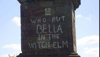 Tajemniczy napis na obelisku w pobliżu Hagley Woods.